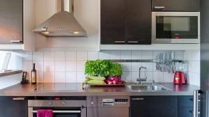 هل المطبخ الخشب أفضل أم الألوميتال