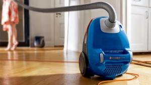 طريقة تنظيف المكنسة الكهربائية