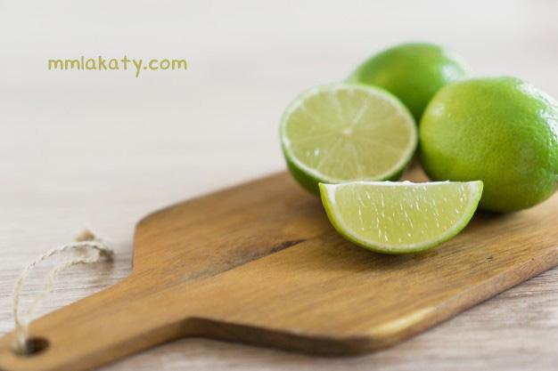 عصر قطرات من الليمون علي يدك