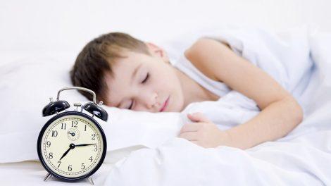 كيف أعود طفلي علي النوم مبكرا ..