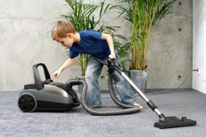 كيف يساعد الأطفال في الأعمال المنزلية