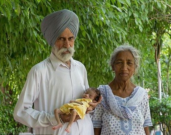 مسنة تنجب طفلها الأول بعد 46 عام من الزواج