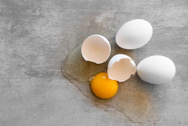 تخلصي من رائحة البيض المنكسر في مطبخك بثلاث خطوات