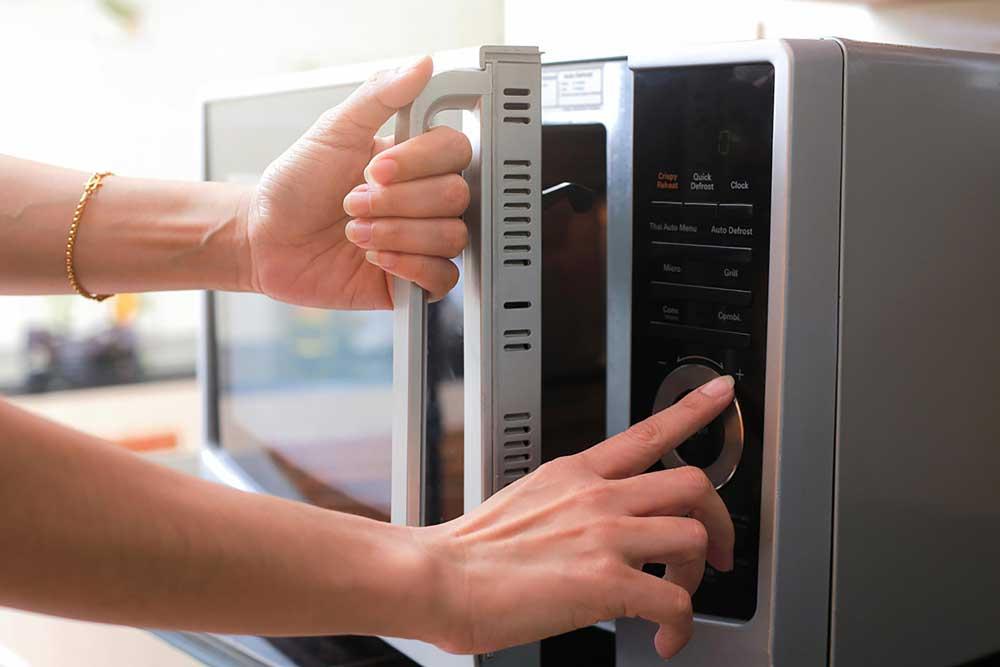 طريقة تسخين البيتزا و الخبز في الميكروويف لأفضل نتيجة